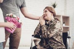 Kobieta weteran W wózka inwalidzkiego powrót do domu pojęciu obrazy stock