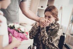 Kobieta weteran W wózka inwalidzkiego powrót do domu pojęciu fotografia royalty free
