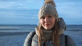 Kobieta wewnątrz outwear na zamarzniętym seascape zbiory wideo