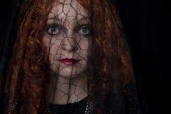 Kobieta wewnątrz z czarną przesłoną Zdjęcia Royalty Free
