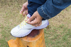 Kobieta wiąże koronki dla jogging na drodze Obraz Stock