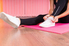 Kobieta wiąże koronki jej gym buty Zdjęcie Royalty Free