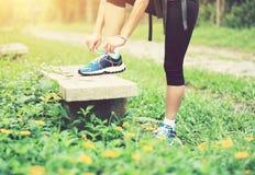 Kobieta wiąże shoelace plenerowego Obraz Stock