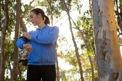 Kobieta wiąże telefon komórkowego na jej ręce obrazy stock