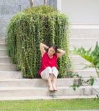 Kobieta Wiąże włosy na parku Obraz Stock