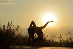Kobieta ćwiczy joga na tle góry i niebo tona Obrazy Royalty Free