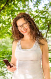 Kobieta widzii jej telefon komórkowego Obrazy Stock