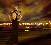 Kobieta wieczór suknia, miasto nocy światła, moda modela toga zdjęcie royalty free