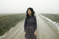 Kobieta, wiejska droga w mgle Zdjęcia Royalty Free