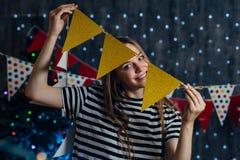 Kobieta wiesza bożonarodzeniowe światła przyjęcia flaga w domu dekoruje rzeczy dla świętowanie nowego roku obraz royalty free