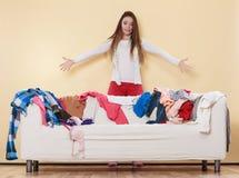 Kobieta wkurza kogoś out w upaćkanym pokoju domu Fotografia Royalty Free