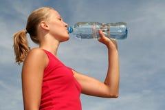 kobieta wody pitnej, Zdjęcia Stock