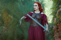 Kobieta wojownik z kordzikiem w jej ręce Obrazy Royalty Free