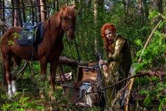 Kobieta wojownik zbrojący z łękiem na horseback fotografia stock