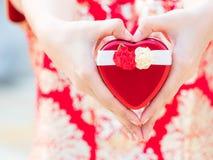Kobieta woli dawać kierowemu prezenta pudełku ich krewni Dla dobrobytu bogactwa pieniądze, złota i szczęścia w miłości, obrazy royalty free