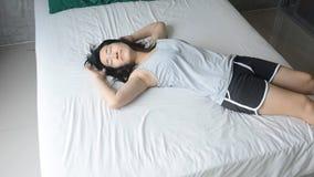 Kobieta wolno kłaść w dół na łóżku z piżamami zbiory wideo