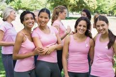 Kobieta wolontariuszi uczestniczy w nowotwór piersi świadomości zdjęcie royalty free