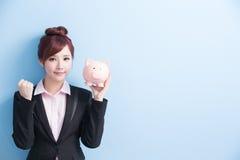 Kobieta wp8lywy menchii prosiątka bank Obraz Royalty Free
