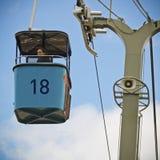 Kobieta Wpatruje się puszek od San Diego zoo Skyfari Obrazy Stock