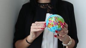 Kobieta Wręcza chwyty i wiruje zabawkarską balową kulę ziemską ziemia zdjęcie wideo