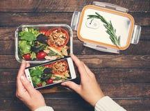 Kobieta wręcza brać fotografię sałatka i chiken lunchu pudełko z sm Obraz Royalty Free