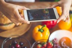 Kobieta wręcza brać fotografii owoc z smartphone, stylu życia concep Zdjęcia Stock