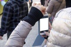 Kobieta wręcza brać obrazek z smartphone parawanowy amo i bielem Fotografia Royalty Free