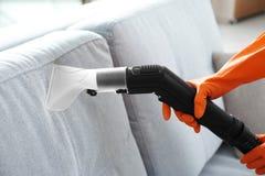 Kobieta wręcza cleaning leżankę z próżniowym cleaner obraz royalty free