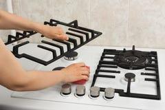 Kobieta wręcza czyści benzynową kuchenkę Obrazy Stock