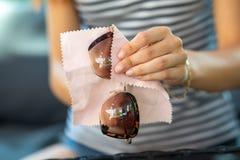 Kobieta wręcza czyści słońc szkła z mikro włókna wytarciem obraz royalty free