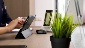 Kobieta wręcza dotykać cyfrowego pastylka ekran w biurze zbiory