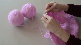 Kobieta wręcza dziać różowego pulower zdjęcie wideo