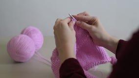 Kobieta wręcza dziać różowego pulower zbiory