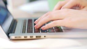 Kobieta wręcza działanie na laptopie Pracownik pisać na maszynie na klawiaturze zbiory