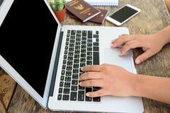 Kobieta wręcza działanie z laptopem Obrazy Royalty Free