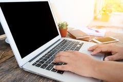 Kobieta wręcza działanie z laptopem Zdjęcie Royalty Free