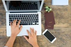 Kobieta wręcza działanie z laptopem Fotografia Royalty Free
