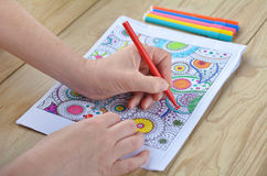 Kobieta wręcza kolorystyka wzory na kolorystyki stronie dla stresu rel obrazy royalty free
