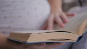 Kobieta wręcza kręcenie stronę w książce read książkowa kobieta zbiory wideo