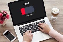 Kobieta wręcza laptop klawiaturę z depresja ładować bateria ekranem Zdjęcie Royalty Free