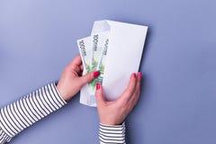 Kobieta wręcza mienie kopertę z gotówką euro zauważa odbicie Fotografia Royalty Free