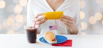 Kobieta wręcza mienie kukurudzy z hot dog i kolą zdjęcie royalty free
