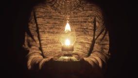 Kobieta Wręcza mienie lampion zbiory