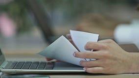 Kobieta wręcza mienie papiery, firma pracownika przerobowi dane w dokumentach zdjęcie wideo
