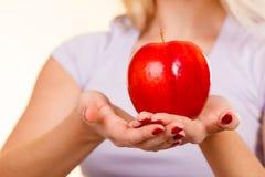 Kobieta wręcza mieniu czerwonego jabłka, zdrowy karmowy pojęcie Zdjęcie Royalty Free