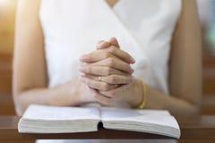 Kobieta wręcza modlenie na świętej biblii w kościół dla wiary pojęcia, duchowości i chrześcijanin religii, zdjęcia royalty free