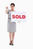 Kobieta wręcza nad kluczem z sprzedającym znakiem Obraz Stock
