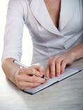 kobieta wręcza notatnika fotografia royalty free
