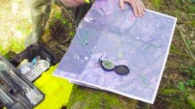 Kobieta wręcza ocechowań waypoints na mapie zbiory wideo
