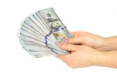 Kobieta wręcza odliczającego pieniądze, odizolowywającego na białym tle z bliska zdjęcia royalty free